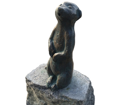 Rottenecker Bronze-Erdmännchen groß auf Granit, wasserspeiend