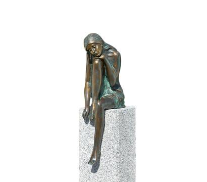 Rottenecker Bronzefigur Frau Emanuelle auf Granitstele