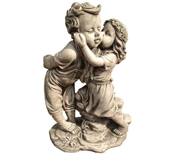 Küssendes Paar aus Beton