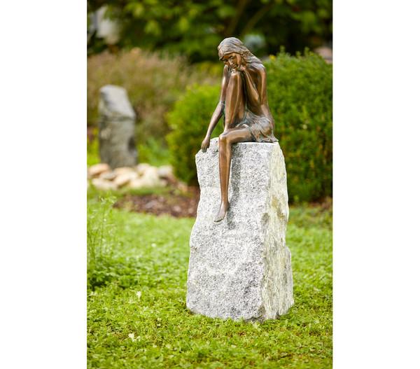 Rottenecker Bronze-Figur Emanuelle auf Granit, 33 x 22 x 110 cm